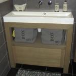 Badkamermeubel met zorgvuldig afgewerkte inbouwkraan uit de muur